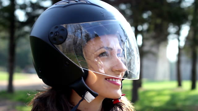 giovane donna gode di una moto corsa video hd - motorino video stock e b–roll