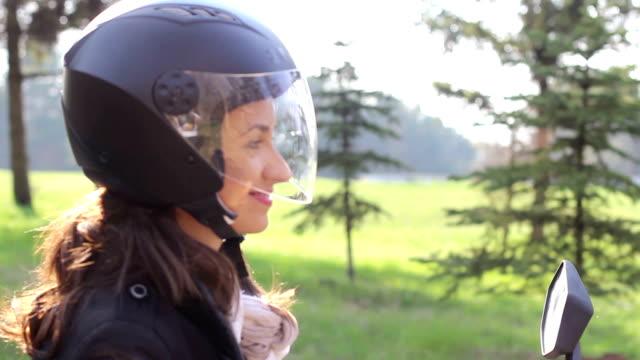 Junge weibliche über ein Motorrad mit HD-Videos