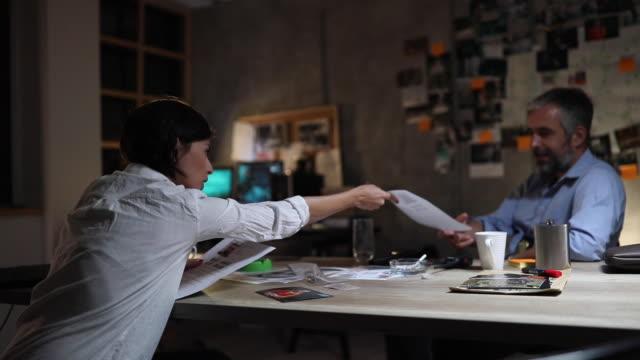 junge fbi-detektivin arbeitet mit kollegin - fbi stock-videos und b-roll-filmmaterial