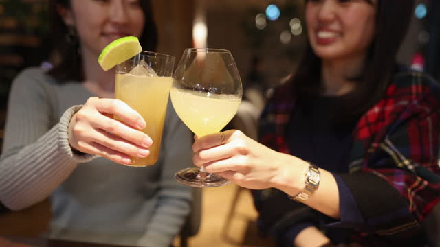 若い女性の友人は、仕事の後に乾杯お祝い - アルコール飲料点の映像素材/bロール