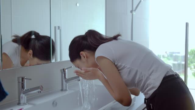 stockvideo's en b-roll-footage met jonge vrouw klaar in de badkamer. - badkamer huis