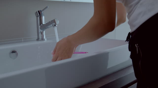 若い女性は、浴室の準備します。 - お手洗い点の映像素材/bロール