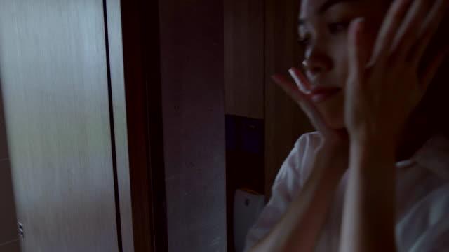 若い女性は、浴室の準備します。 - 鏡点の映像素材/bロール