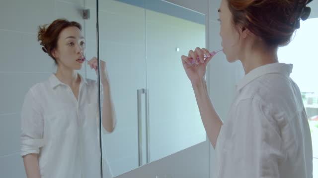 若い女性は、浴室の準備します。 - 浴室点の映像素材/bロール