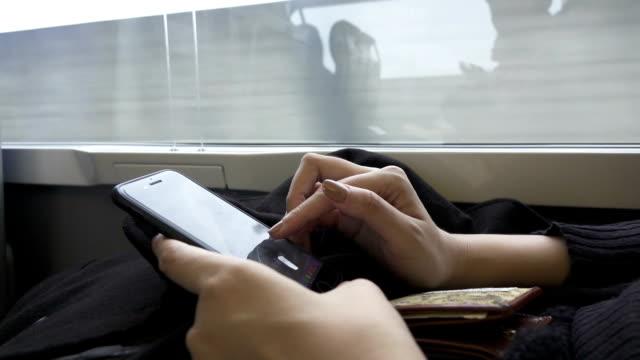 stockvideo's en b-roll-footage met jonge vrouwelijke handen gebruik mobiele telefoon - stem