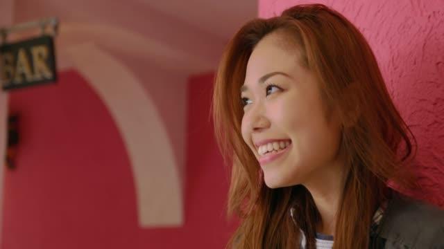 若い女性が笑っています。 - 喜び点の映像素材/bロール