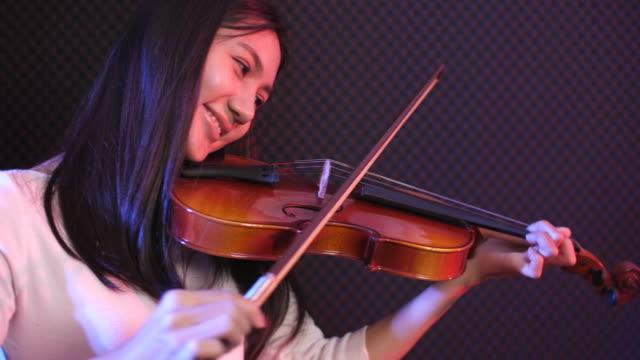 junge musikerin spielt violine - künstlerische darbietungen stock-videos und b-roll-filmmaterial