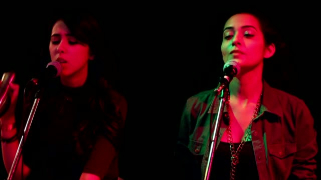 vidéos et rushes de cu young female singers singing and playing musical instrument in nightclub / india - singer