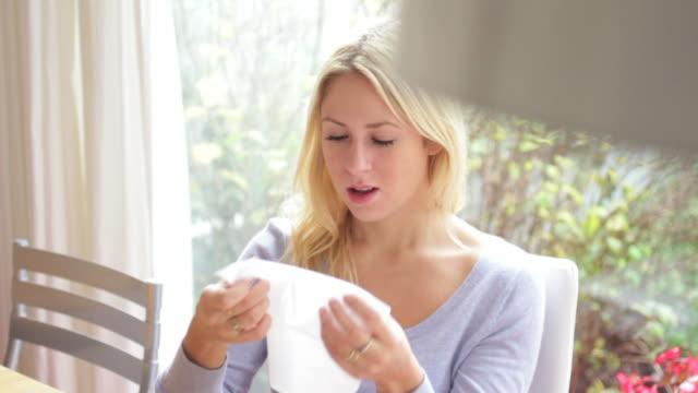 若い女性がくしゃみや冷たい - 美しい人点の映像素材/bロール