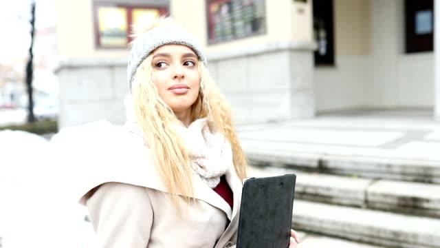 junge studentin vor dem campus zu fuß und lächelnd. - studenten stock-videos und b-roll-filmmaterial