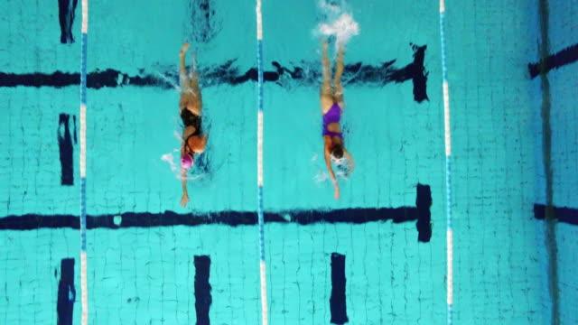 vídeos y material grabado en eventos de stock de joven mujer nadadores en la piscina - gorro de baño