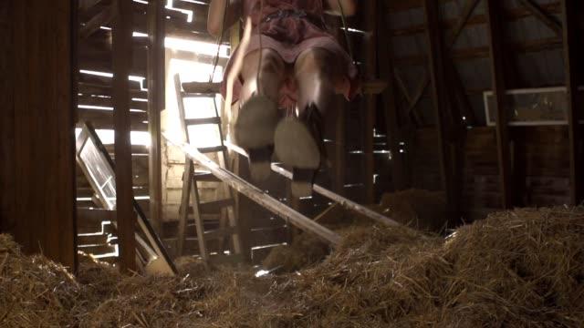 Junge Frau schwingen in einer Scheune