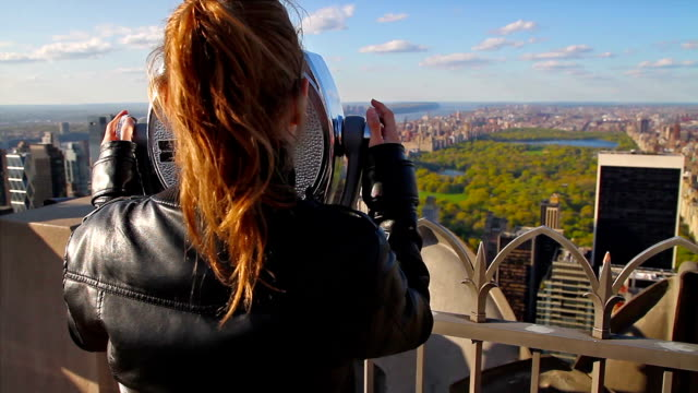 turista con vista su central park - empire state building video stock e b–roll