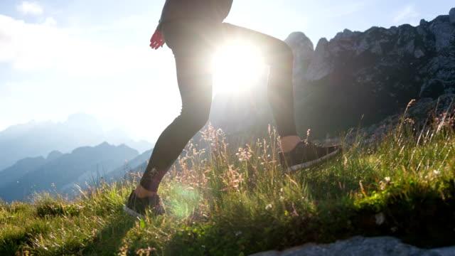 vídeos de stock, filmes e b-roll de jovem turista feminina subindo uma montanha - colina acima
