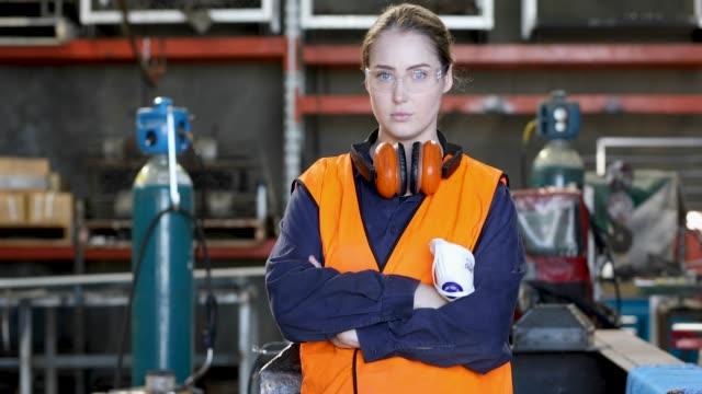 junge weibliche tradesperson in hi-vis warnweste - schutzbrille stock-videos und b-roll-filmmaterial