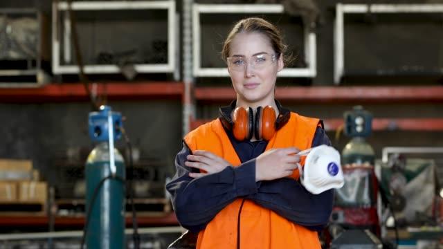 stockvideo's en b-roll-footage met jonge vrouwelijke ook in hi-vis veiligheidsvest - beschermend masker werkkleding