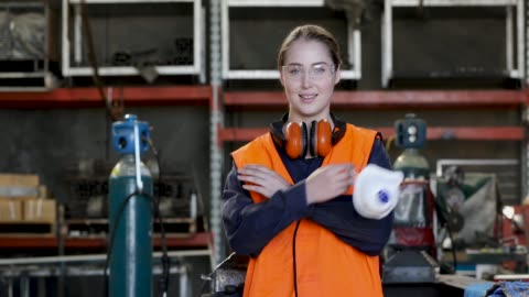 vídeos y material grabado en eventos de stock de joven operario femenino en chaleco hi-vis - equipo de seguridad