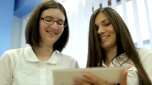 vídeos de stock e filmes b-roll de young female's software development team - software de computador