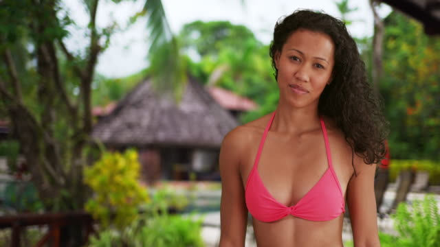 vídeos de stock, filmes e b-roll de young filipino woman smiling at camera - filipino