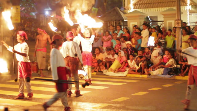 stockvideo's en b-roll-footage met ms young fire jugglers perform in buddhist festival or procession 'esala perahera' (festival of tooth) audio / kandy, central province, sri lanka - sri lankaanse cultuur