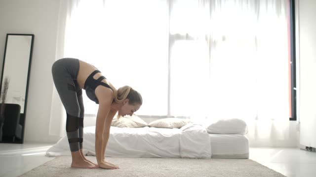 vídeos de stock e filmes b-roll de young fit and energetic woman doing sport workout and fitness lunge exercises at home - praticar