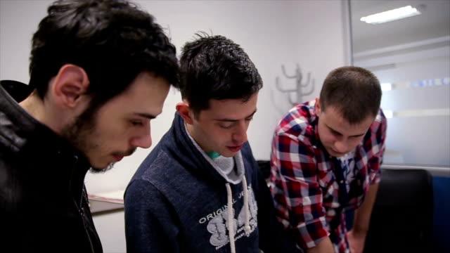 vídeos de stock e filmes b-roll de young freelance web designers brainstorming together - software de computador