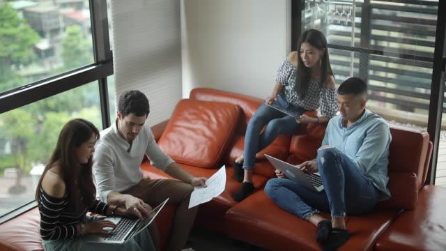 vidéos et rushes de jeunes pigistes travaillant sur le projet - faire une pause