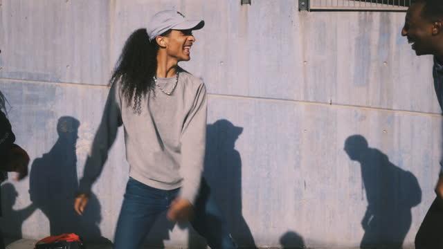 vídeos de stock e filmes b-roll de young friends dancing against wall in city - cultura hip hop