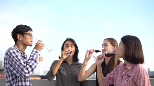 vidéos et rushes de jeunes amis faire la fête sur le toit - party social event