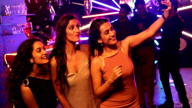 vídeos y material grabado en eventos de stock de ms young friends posing for selfie at nightclub / india - actividad móvil general