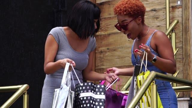 vidéos et rushes de jeunes amis, faire du shopping dans la rue - content