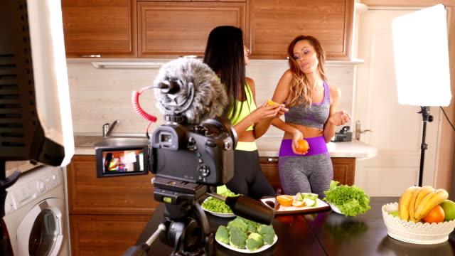 vídeos de stock, filmes e b-roll de jovens amigos vlogger gravando um vídeo de comer saudável para deles vlog - 4 k vídeo - ocupação na mídia