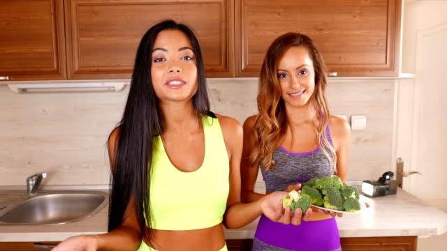 Jeunes amis vlogger enregistrer une vidéo de manger saine pour le leur vlog - 4 K vidéo