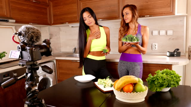 vidéos et rushes de jeunes amis vlogger enregistrer une vidéo de manger saine pour le leur vlog - 4 k vidéo - blog vidéo