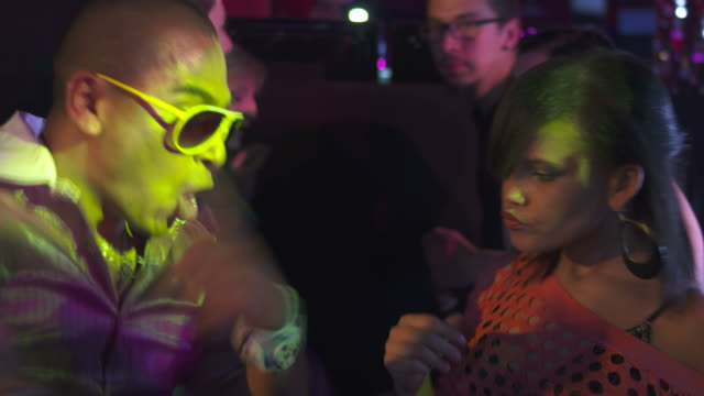 stockvideo's en b-roll-footage met hd: young funky couple dancing in club - hip