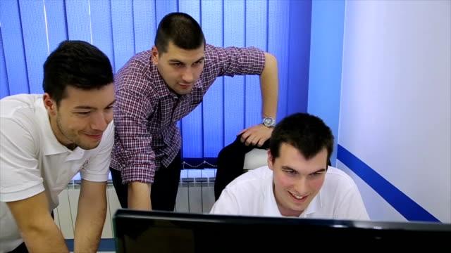 vídeos de stock e filmes b-roll de young game development team for young game customers - software de computador