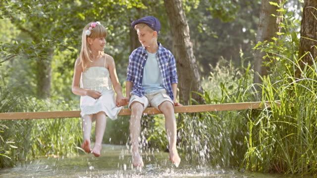 slo mo の女の子と男の子に架かる手をつなぐ - landscape scenery点の映像素材/bロール