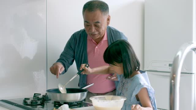 若い女の子と彼女の自分の料理を - 大家族点の映像素材/bロール