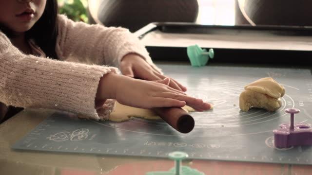 vídeos de stock, filmes e b-roll de young girl baking biscuits - rolo de pastel
