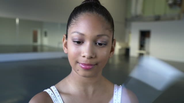 vídeos de stock e filmes b-roll de cu young girl dancing with a twirling baton in a dance studio - leotard