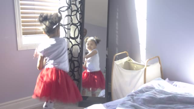 stockvideo's en b-roll-footage met young girl dancing with her father. - pyjama