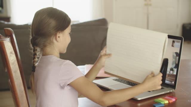 vídeos de stock e filmes b-roll de young girl doing remote learning at home - aprendizagem online
