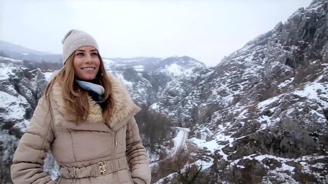 Jong meisje genieten en ontspannen in de winter ambient
