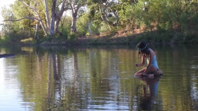 vídeos de stock e filmes b-roll de young girl enjoys waterhole in kimberly region western australia - pequeno lago