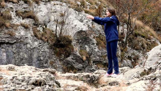 junges mädchen in der natur trainieren - nur mädchen stock-videos und b-roll-filmmaterial