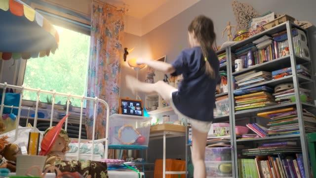vídeos de stock, filmes e b-roll de jovem se exercitando por videoconferência em seu quarto durante o bloqueio pandêmico da crise coronavírus covid-19 - proteção