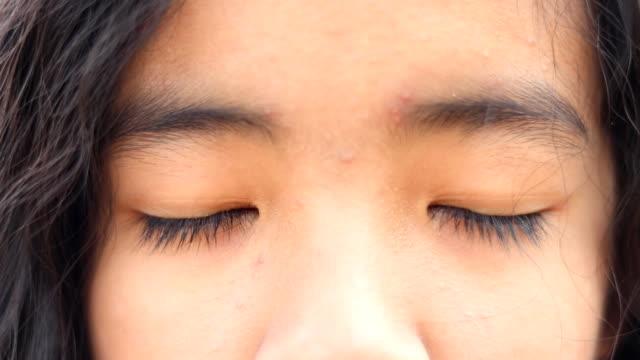 vídeos de stock, filmes e b-roll de close-up dos olhos da rapariga - foto de cabeça