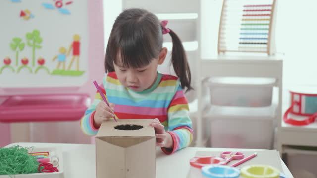 vídeos de stock, filmes e b-roll de mão jovem menina faz casa pássaro usando caixa de sapato - craft