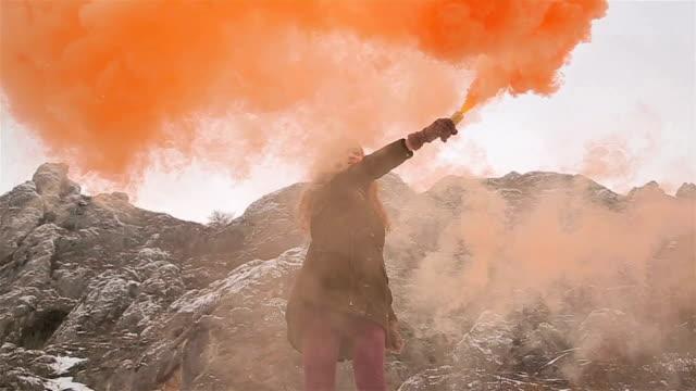 Jong meisje hebben plezier met oranje kleur rookbom