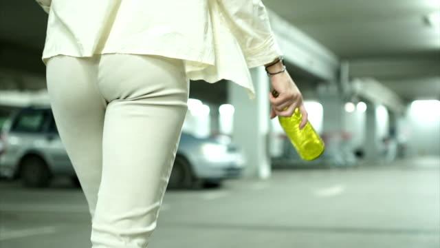 vídeos de stock e filmes b-roll de young girl holding a bottle - vingança